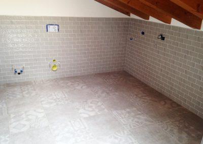 bagno-con-pavimento-decorato-50x50-e-rivestimento-7,5x15