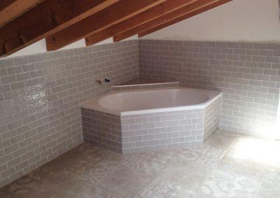 bagno-con-pavimento-decorato-50x50-e-rivestimento-7,5x15_2