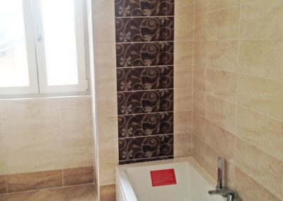 bagno-con-pistrelle-20x50-in-due-colori-particolare-parete-vasca-con-decori
