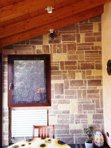 parete-soggiorno-in-pierta-riscostuita-in-due-colori-(2)