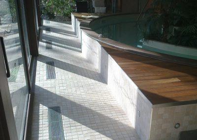 rivestimento-esterno-piscina-in-mosaico-e-legno-eseguito-presso-castello-di-carimate2