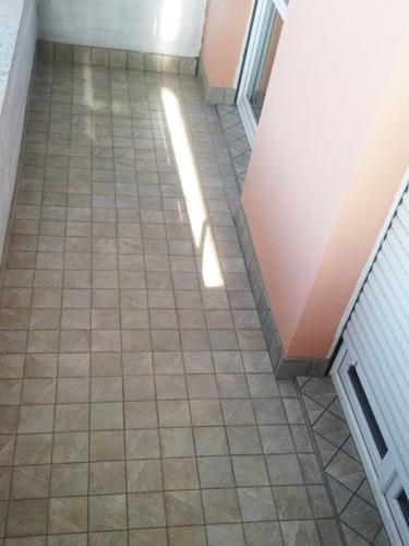 terrazzo-con-pistrelle-in-gres-porcellanato-15x15